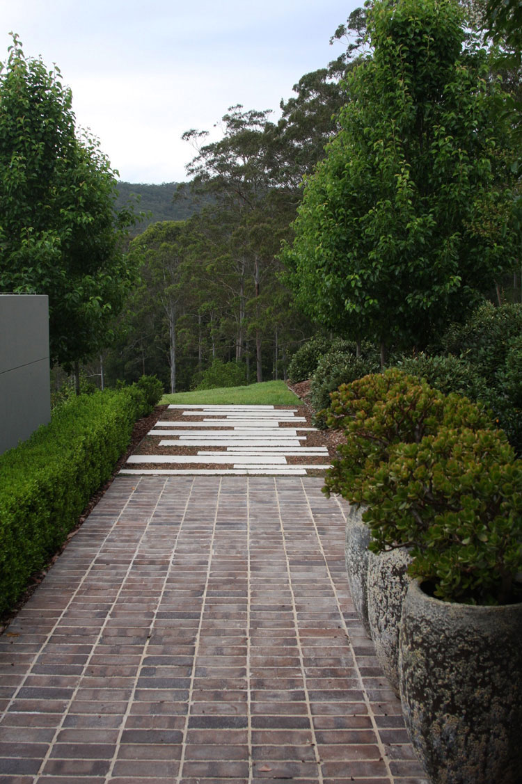 ...and from the front door the concrete strips lead over a gravel bed into the landscape